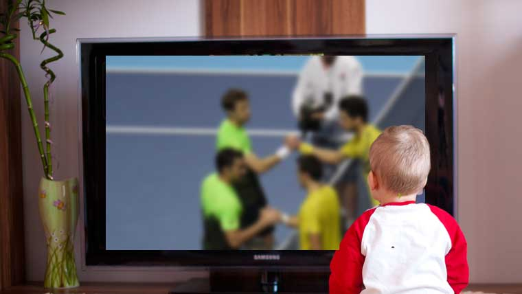 テレビでテニスを見る